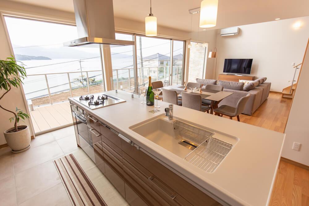 糸島の海が見える家のシンプルなデザインのアイランドキッチン
