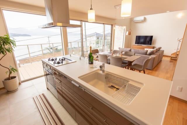 糸島市の海を望む家のキッチン
