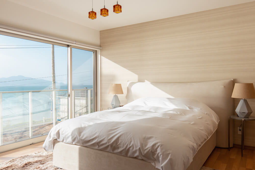 糸島の海が見える家の朝日がふりそそぐ寝室