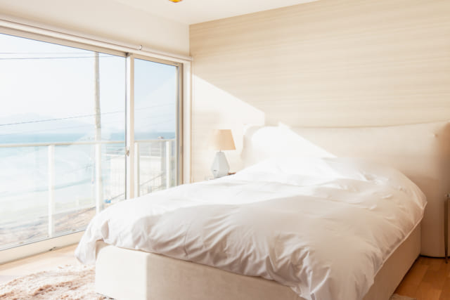 糸島市の別荘の朝日が差し込む寝室