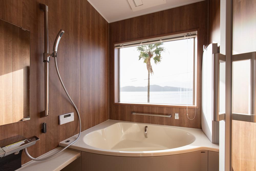 糸島の海が見える家の開放的なオーシャンビューバスルーム