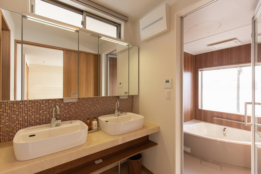 糸島の海が見える家のオーシャンビューバスルームと洗面室
