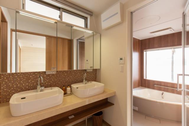 糸島市の海が見える家のおしゃれな洗面台