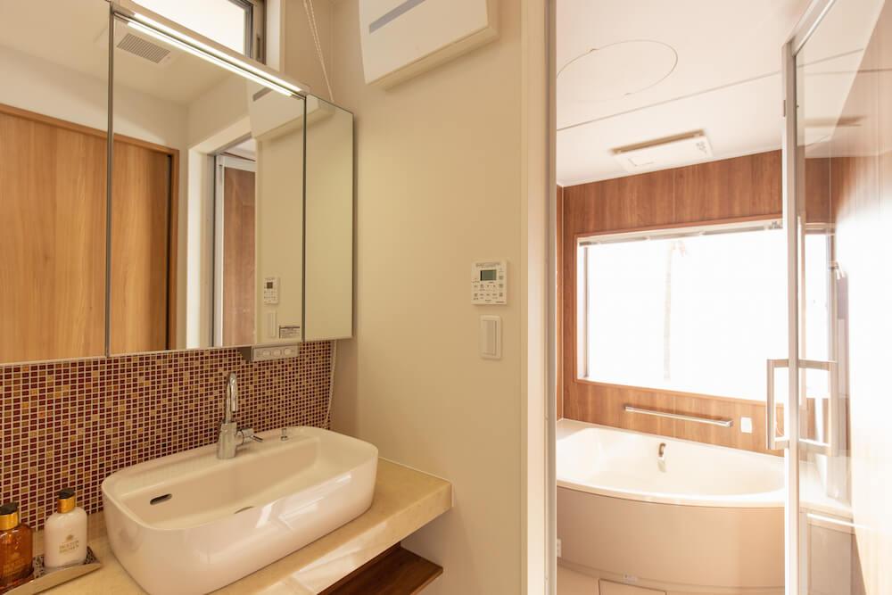糸島の海が見える家のタイル壁洗面室