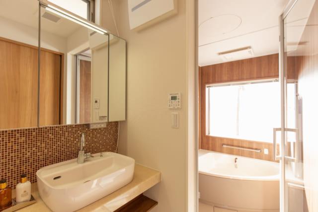 糸島のオーシャンビューの別荘の洗面・脱衣室と浴室
