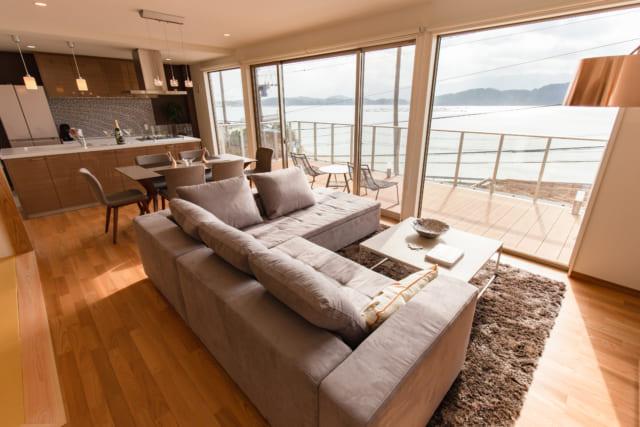 糸島の別荘地に立つ家の海が見えるリビング