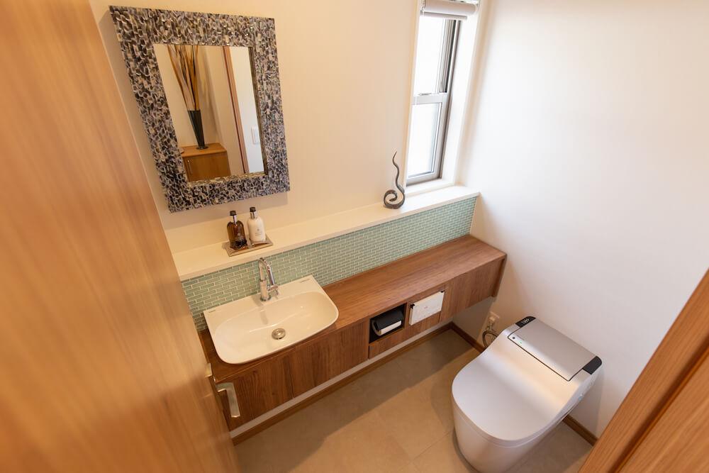 糸島にあるオーシャンビュー別荘のトイレ。風水を取り入れた内装