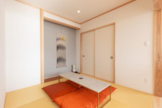 糸島の海が見える家のモダンな和室