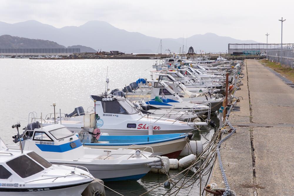 糸島の海沿い別荘地近辺のボートがならぶ風景